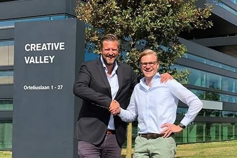 Eldert_van_Wijgaarden_(Web-IQ)_and_Philip_van_Waning_(FRISS)_partnership_handshake_II